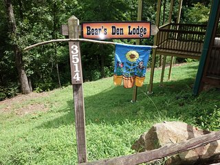 Bear's Den Lodge } Very Private with Great Views! Sleeps 16 - Awesome Bunk Room!, Pigeon Forge