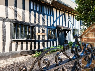 Stay In Stunning Thatched Ancient Historic House, Cavendish