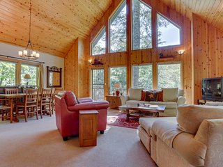 Gorgeous Mt. Hood cabin with woodland surroundings, private hot tub, and more!