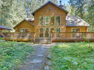 Classic riverfront home w/ great views, game room, hot tub, & modern cabin feel, Welches