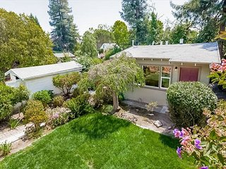 Private Cottage in Great Berkeley Location!