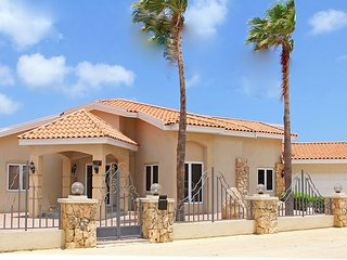 Beautiful newly renovated 5 BR villa on great location close to the beaches, Oranjestad