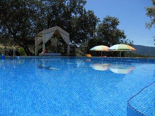 Casa con piscina privada. Bonitas vistas de las montanas de Serrania de Ronda.
