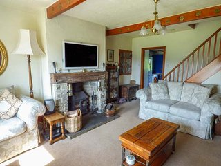 LEESHAW COTTAGE, multi-fuel stove, far-reaching countryside views, many walking, Haworth