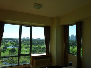Luxury Corner Unit - Golf Course View, Wifi, Pool, Taguig City