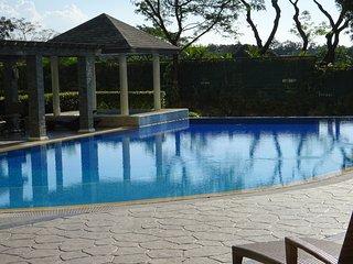 Luxury Corner Unit - Golf Course View, Wifi, Pool