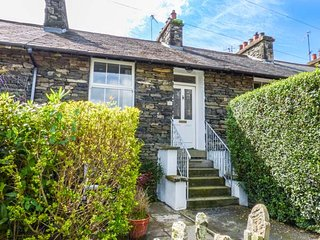 FISHER'S RETREAT, cosy cottage, dog friendly, enclosed courtyard, close to Lake