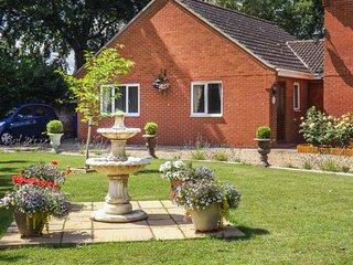 BERRIES, ground floor, pet-friendly, WiFi, garden, close to walks and cycle rides in Barningham, Stanton, Ref 930189