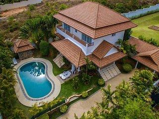 Luxury four bedroom Private Villa In Rawai