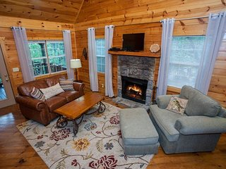 Shanty Creek - Newly redecorated! Better than ever! Perfect cabin for two with covered hot tub!, Chatsworth