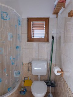 A6 Prvi kat(3+1): bathroom with toilet