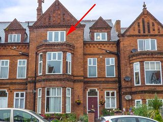 FLAT 3, third floor apartment, close to all amenities, shop and pub 10 mins walk, in Scarborough, Ref 923506