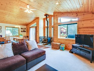 Spacious, cabin-style home w/ mountain views & shared hot tub/pool, Truckee