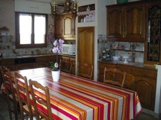 Große, gut ausgestattete Küche.