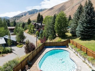 2BD, 1BA Condo, Close to Ski Lifts, Top Floor - Unobstructed Baldy Views