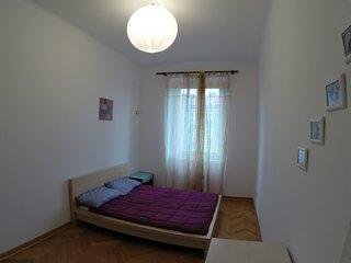 Camera da letto luminosa con letto matrimoniale