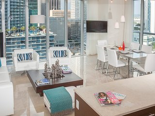Bay Views & Miami River. Luxe Corner Condo