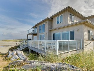 Classy dog-friendly & oceanfront home with private hot tub & amazing location!, Rockaway Beach