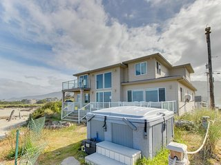 Oceanfront, dog-friendly home w/ private hot tub, jetted tub, great decor!