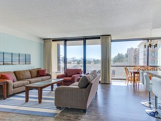 Dog-friendly condo with ocean views & shared pool, sauna access!, Seaside
