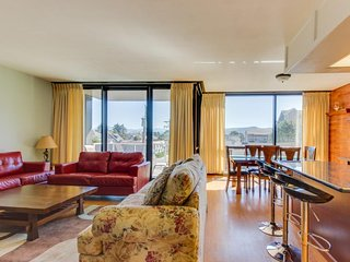 Lovely condo with partial ocean views and shared pool/sauna!