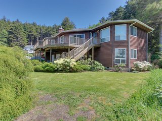 Artfully decorated home w/ ocean view & private hot tub!