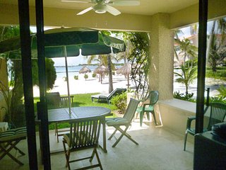 BEAUTIFUL BEACHFRONT VILLA ON TRANQUILE JADE BAY, Puerto Aventuras