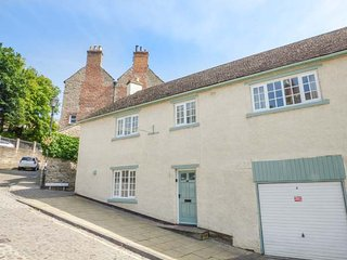 62 FRENCHGATE, end-terrace cottage, roll-top bath, dog welcome, in Richmond