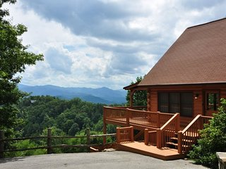 Sky Cove Retreat - Gorgeous Log Cabin with Spectacular View, Hot Tub, & Jetted B