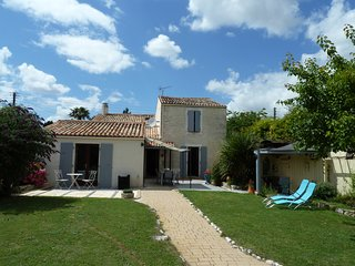 4 bedroom holiday home with private pool, easy walking to restaurants and shops, Surgeres