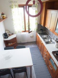 Cucina con lavastoviglie, forno microonde, ecc.