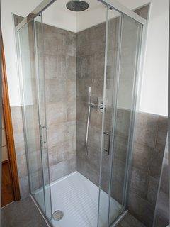 Bagno con lavatrice, asciugacapelli  e doccia