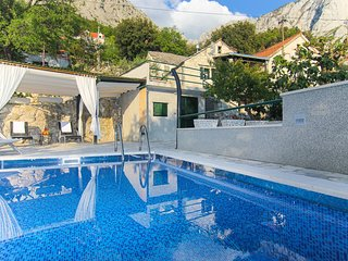 Cute Traditional Dalmatian holiday home w/ pool, Baska Voda