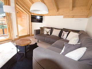 Chalet Makalu, 4 bedrooms, 3 bath's, close to village and piste, recently built