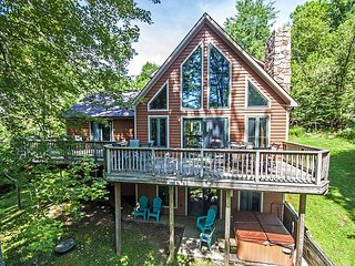 Lovely 5 Bedroom pet-friendly lakefront home w/ hot tub!