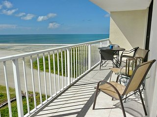 Relaxing beachfront condo w/ heated pool & awe-inspiring ocean views, Marco Island