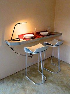 Le coin repas peut aussi servir de coin bureau.