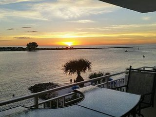 Beachfront 2 bed/2 bath condo with Pool, Clearwater
