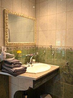 Salle de bains équipée d'un sèche cheveux