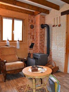 Espace de vie avec poêle à bois pour une bonne chaleur les soirées d'hiver