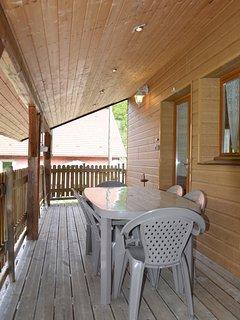terrasse couverte avec salon de jardin pour profiter de l'été