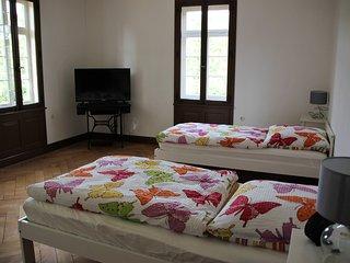 Schlafzimmer: Kleiderschrank, Wecker, TV-Gerät, Betten einzel- oder doppelt stellbar