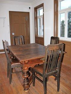 geräumiges Esszimmer mit großem Tisch