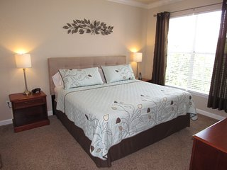 Relaxing Retreat Condo 2 Bed 2 Bath with King Bed near Disney, Golf & Shopping, Davenport