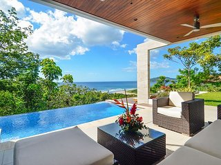 Contemporary 3-BR in El Tesoro w/ Infinity Pool & Ocean Views, Tamarindo