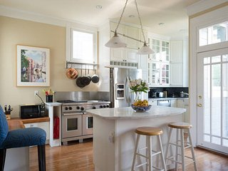 Luxury Home in Mission District Street w/ Parking - Ideal for Business Travelers, San Francisco