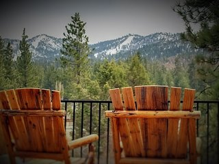 Rare Bear Luxury Cabin- Beautiful views- close to ski slopes!!