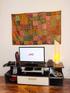 LED SMARTV + DVD player + Cable box + telephone