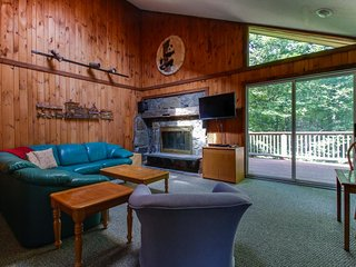 Cozy townhome w/ private hot tub, surrounded by trees, close to skiing and golf!, Dover