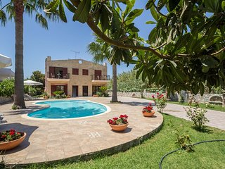 4 bdrm villa with pool, short walk to sandy beach, Gerani